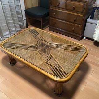 籐(とう)の座卓。ガラスの天板。