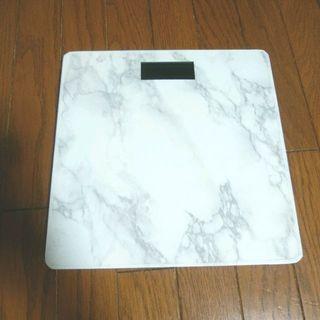 お洒落な大理石風の薄型体重計