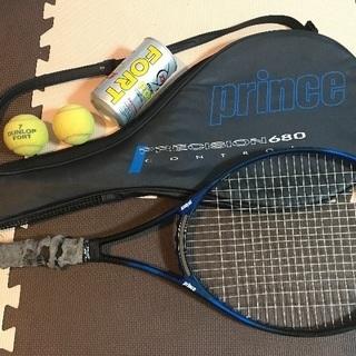 硬式テニスラケットとボール2つ