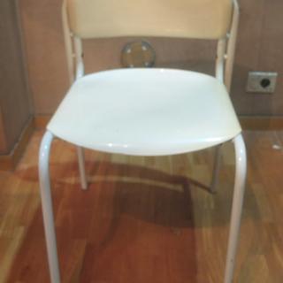 【取引完了】学校用に似た白い椅子。