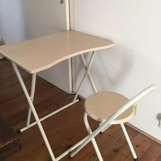 折りたたみ椅子とテーブルのセット