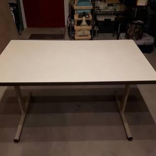 テーブル オフィスの作業用等に使える、とてもしっかりしたテーブル