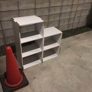 本棚 (横になると、テーブルとしても使える)
