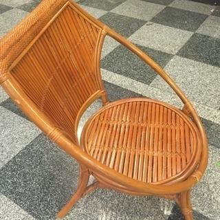 木の椅子、南国を思わせるような木の椅子です(^-^)/