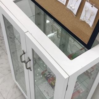 ガラス扉のオシャレ飾り棚