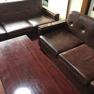 革張りソファ−2セット。テーブル