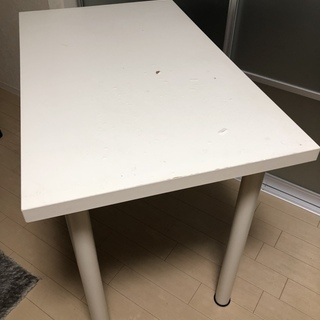 IKEAのテーブル(幅100cm奥行60cm)