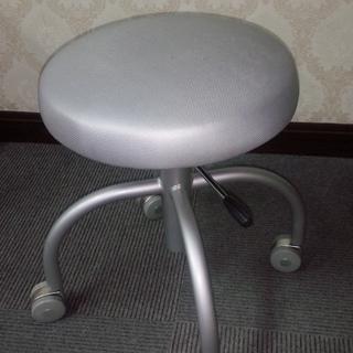 ■椅子 (キャスター付)。。