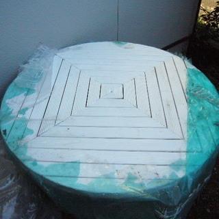中古・白色丸木製ガーデンテーブルと横長イス2脚。