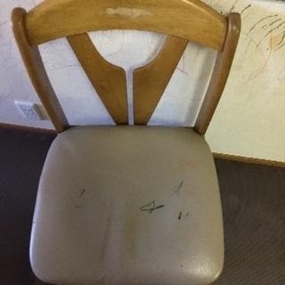 ダイニングテーブルと椅子一つ