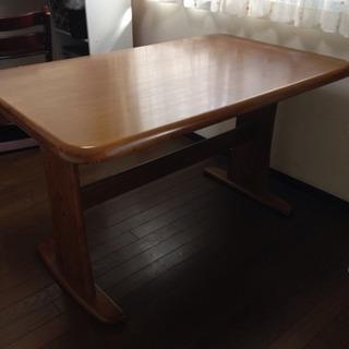 ダイニングテーブルと椅子のセットです