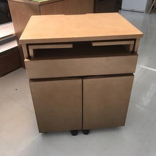 取りに来て頂ける方限定!コンパクトなパソコンデスクのご紹介です!