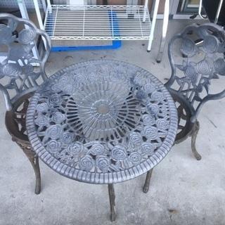 アイアンのガーデン用テーブル&チェア