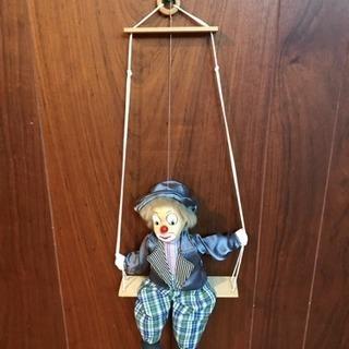 ブランコをするピエロの壁掛け人形