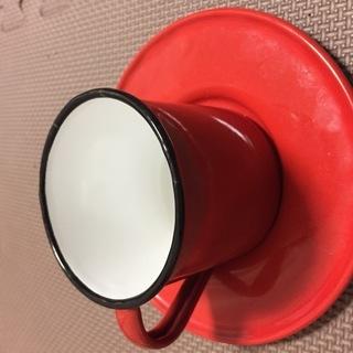 赤いホーローのカップ