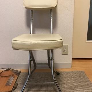 折りたためる白い椅子