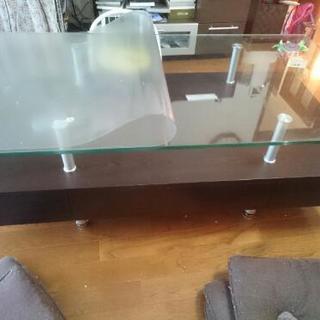 ガラス天板の収納付きテーブル