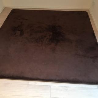 ブラウンのカーペット2つ