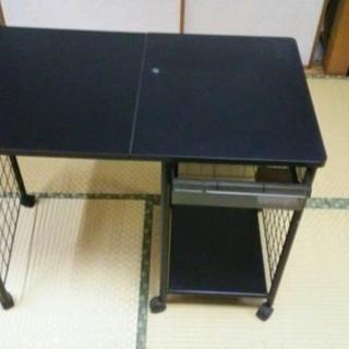 折りたたみ机差し上げます。