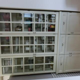 高級食器棚です。すこしアンティーク調の MOROTAの食器棚です。