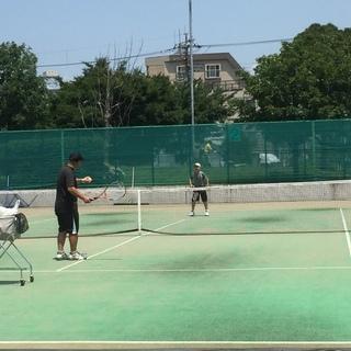 テニススクールのレッスンだけで満足ですか?上達には練習が必要です!