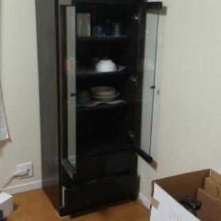 焦げ茶色の食器棚