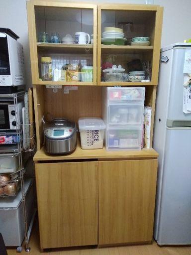 わが家の食器棚は、パモウナのDLというシリーズです。 ゴミ箱を設置したくて、下段の一部をオープンタイプにしたんですが、、、