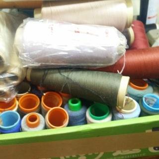 糸、布地等大量です。