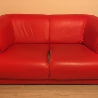 赤のフェイクレザーソファ