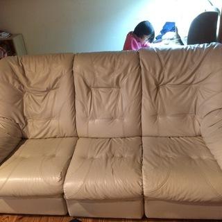 ソファー大きいです。12年前のニトリで50000円位で購入したものです