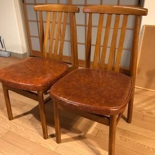 キッチンの椅子二脚