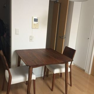 大塚家具で購入、状態がいい 二人用テーブル+椅子*2セット