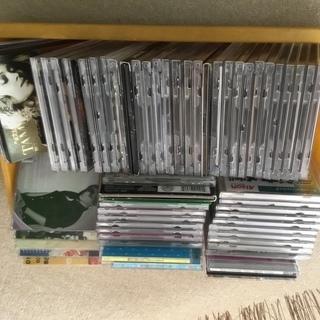 2枚分の価格で山の様な、CDの山。何枚か数えてください。