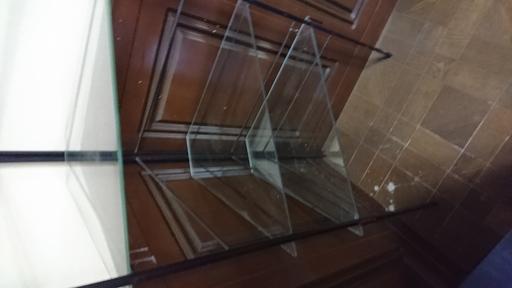 部屋の角に置くインテリアガラス飾り台3個付き Kazz 川崎のインテリア