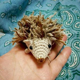 手編み ハリネズミのストラップ