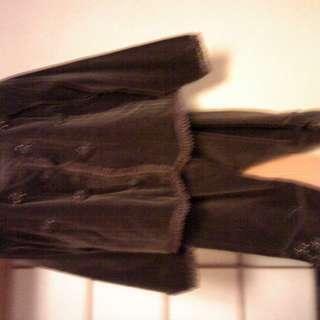 こげ茶色のズボンスーツ
