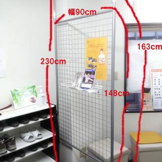 商品陳列用の突っ張りパーテーション ¥1000 陳列用小物棚付き。