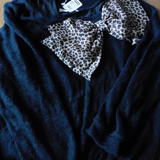豹柄リボン付きのセーター