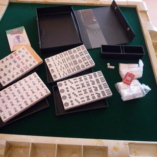 美品 折りたたみ麻雀卓 1個 麻雀牌 1個