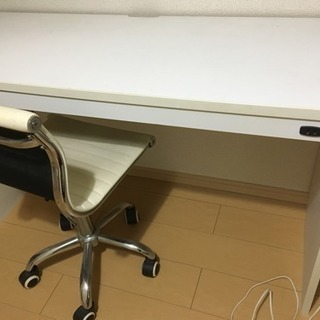 机と椅子の画像