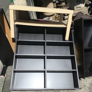 机、テレビ台、本棚二つ