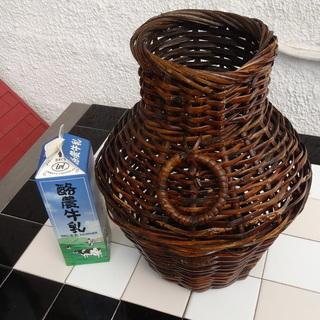 竹で編んだ大きな花瓶風カゴ