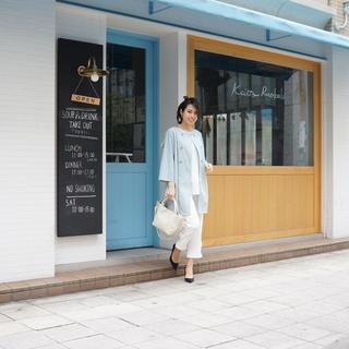 商店街のお店、人通りのある事務所、女性相手の教室の軒下に婦人服を...
