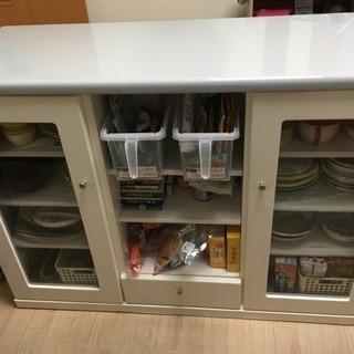 カウンターテーブルになる食器棚