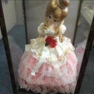 ガラスケース入りドレス人形