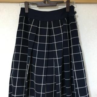 チェックの紺色スカート