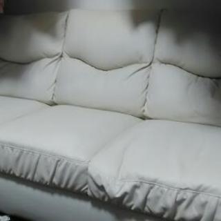 白い3人掛けソファー