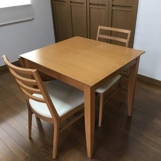 伸縮可能なテーブルと椅子(ニトリ)