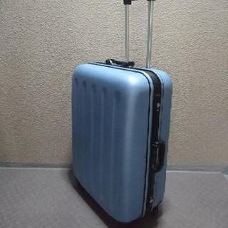でっかいスーツケースとギターのハードケース  各1000円