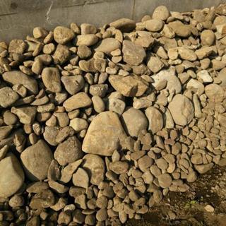 玉石や庭の土